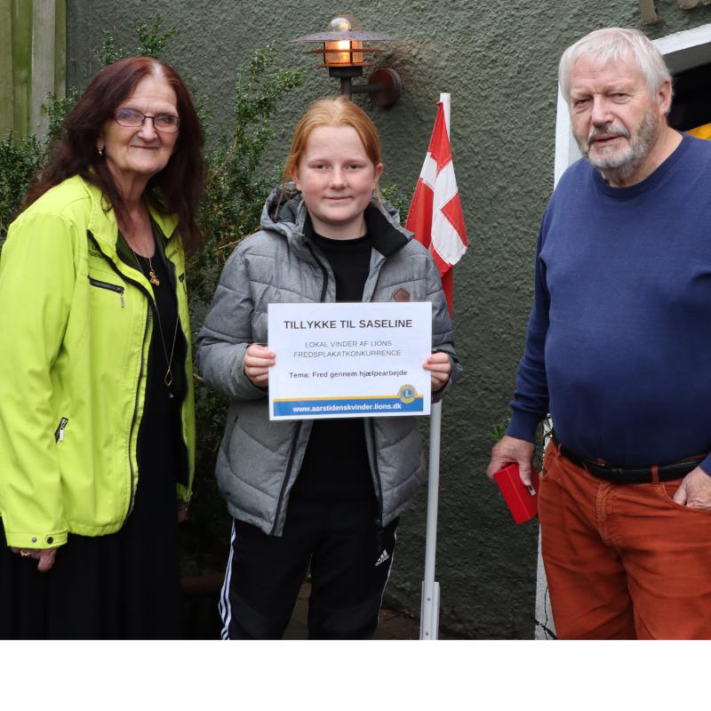 Årets vinder af fredsplakatkonkurrencen blev Saseline Myrup Borg Andersen flankeret af Marianne Thisted Henriksen og Peer Poulsen.