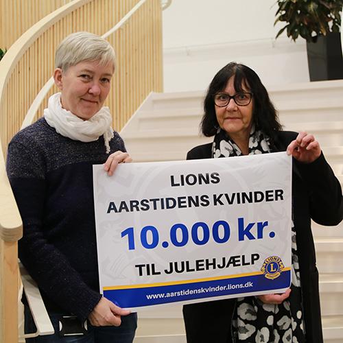 10.000 kroner til julehjælp overrakt til Tove Dahl fra Vesthimmerlands Kommune