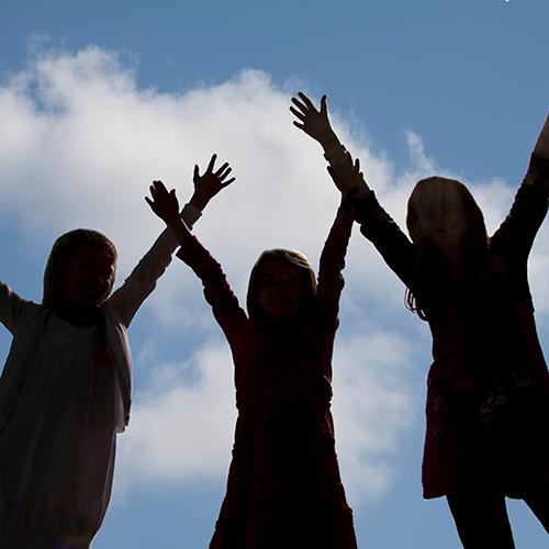 Unge med hænderne i vejret.